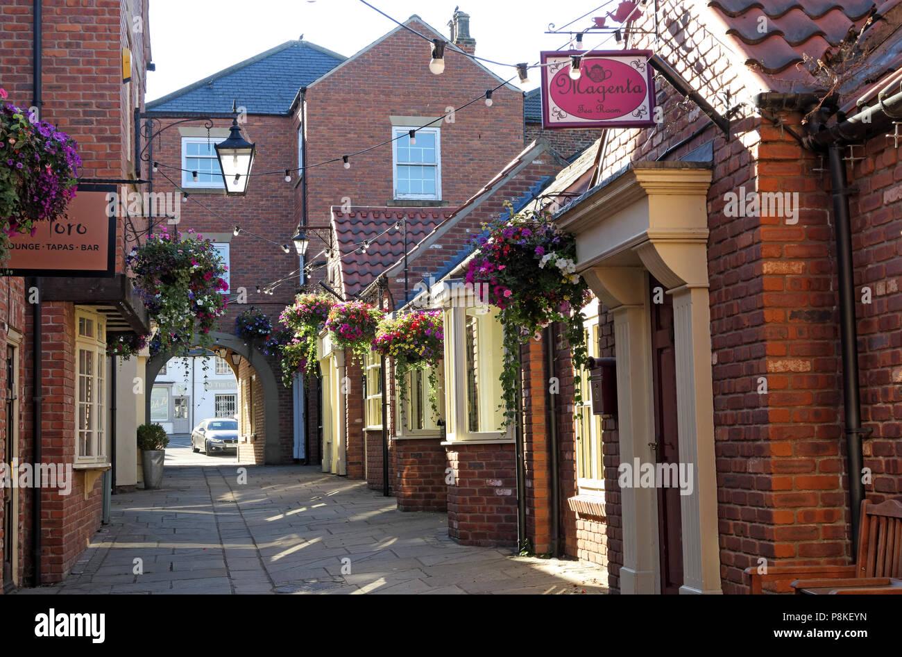 Dieses Stockfoto: Casual Einkaufsstraße in Lerwick, Doncaster, South Yorkshire, England, Großbritannien - P8KEYN