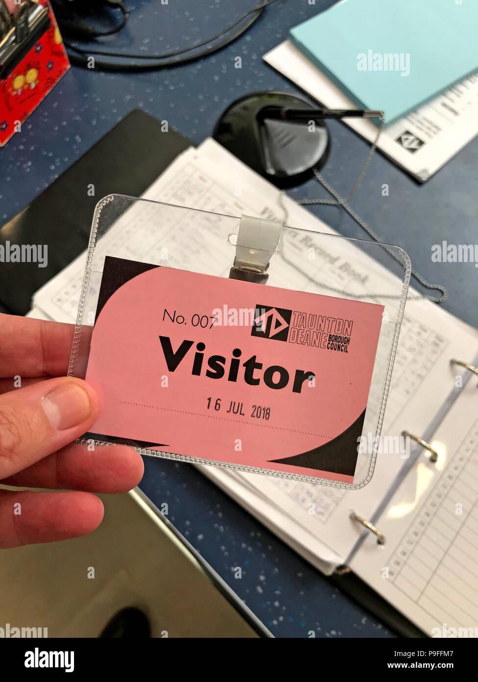 Laden Sie dieses Alamy Stockfoto Büro Besucherausweis 007, Rat Rezeption, England, Großbritannien - P9FFM7