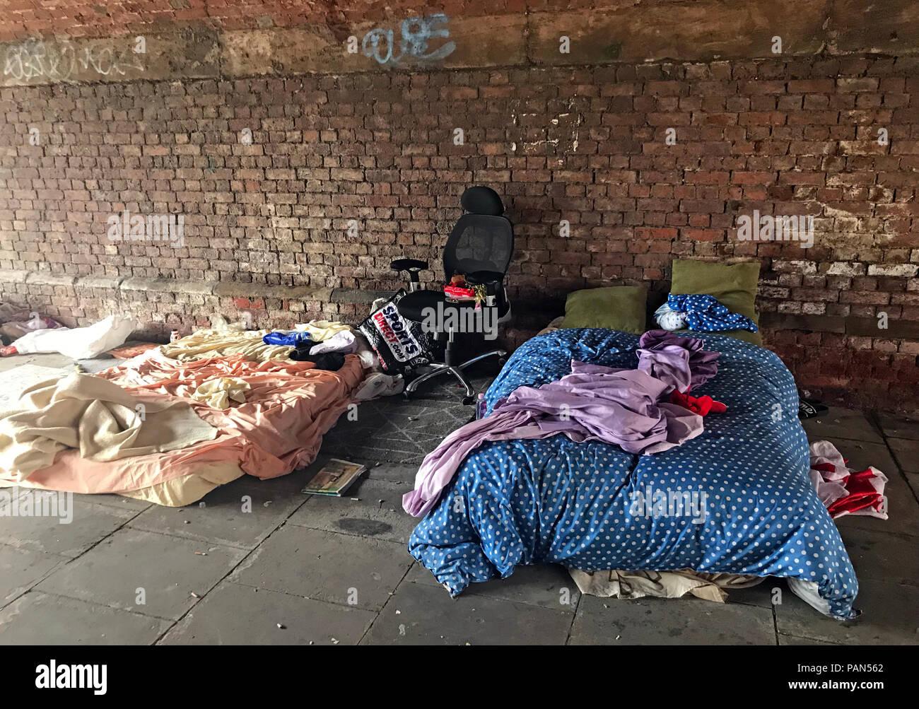 Laden Sie dieses Alamy Stockfoto Obdachlose Rough Sleepers Bett unter Eisenbahnviadukt, Castlefield, Manchester, North West England, Großbritannien - PAN562