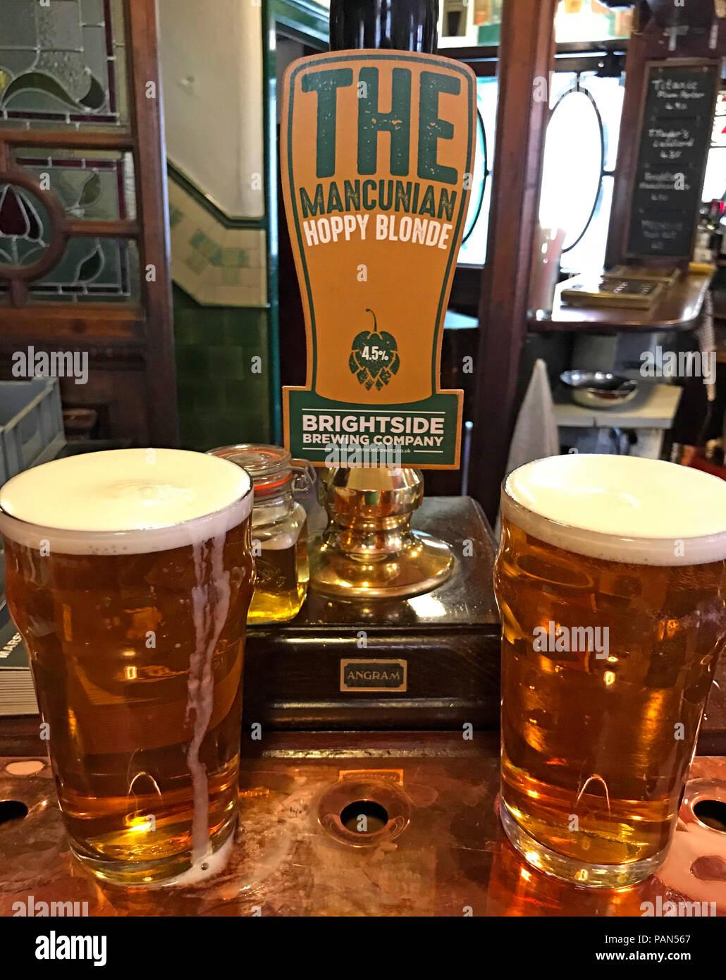 Laden Sie dieses Alamy Stockfoto Zwei pints Brightside Hier befindet Hoppy Blonde real ale, auf eine Bar, Manchester, North West England, Großbritannien - PAN567