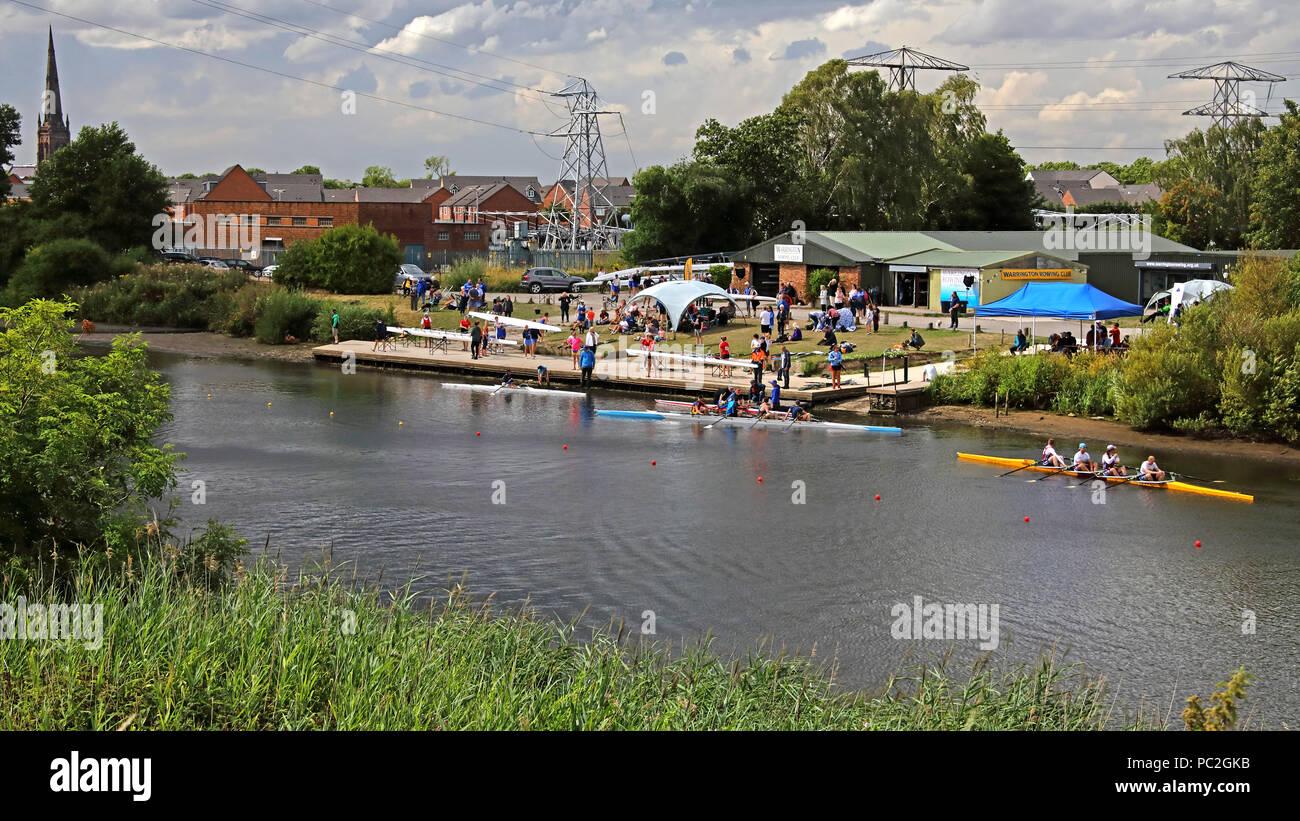 Laden Sie dieses Alamy Stockfoto Blick vom Kingsway Brücke, von Warrington Rudern Club Sommer Regatta 2018, Howley Lane, Mersey River, Cheshire, North West England, Großbritannien - PC2GKB