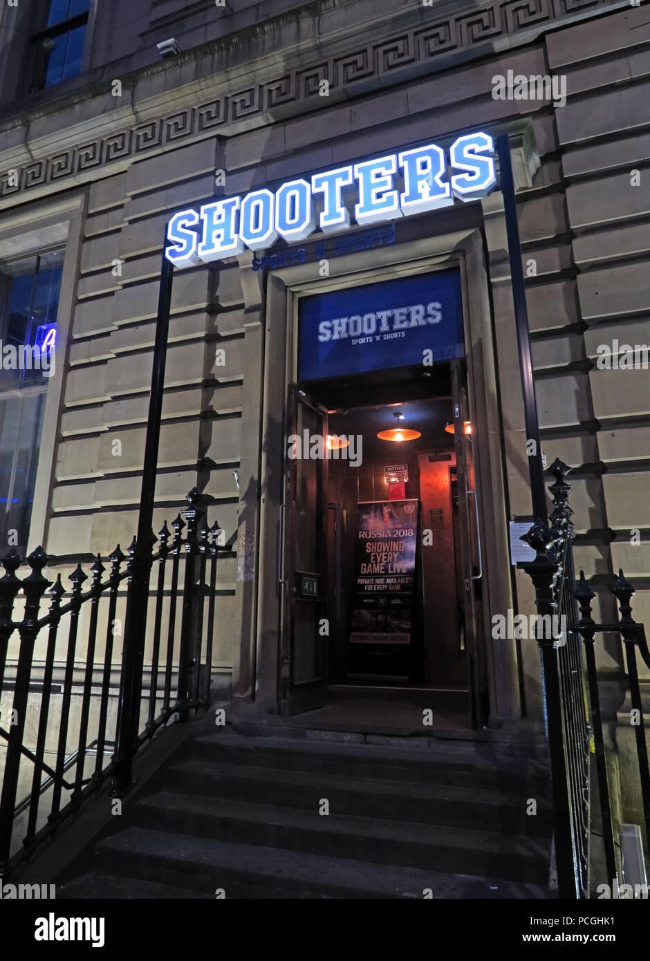 Laden Sie dieses Alamy Stockfoto Shooters Bar, Headrow, Zentrum der Stadt Leeds, West Yorkshire, England, LS1, UK - PCGHK1