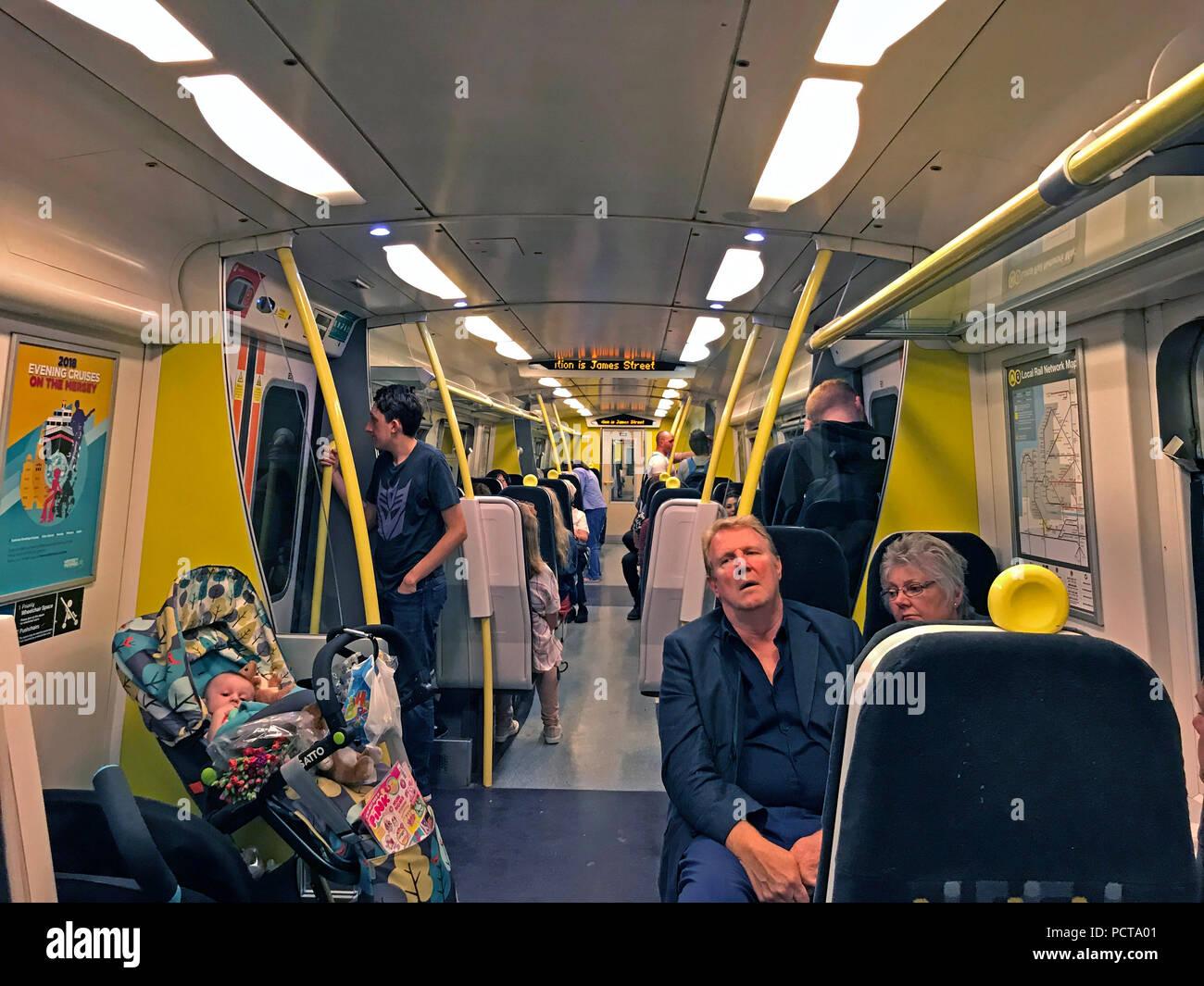 Laden Sie dieses Alamy Stockfoto Innenraum eines Merseyrail Wirral Linie Zug, Liverpool, Merseyside, Region North West England, Großbritannien - PCTA01