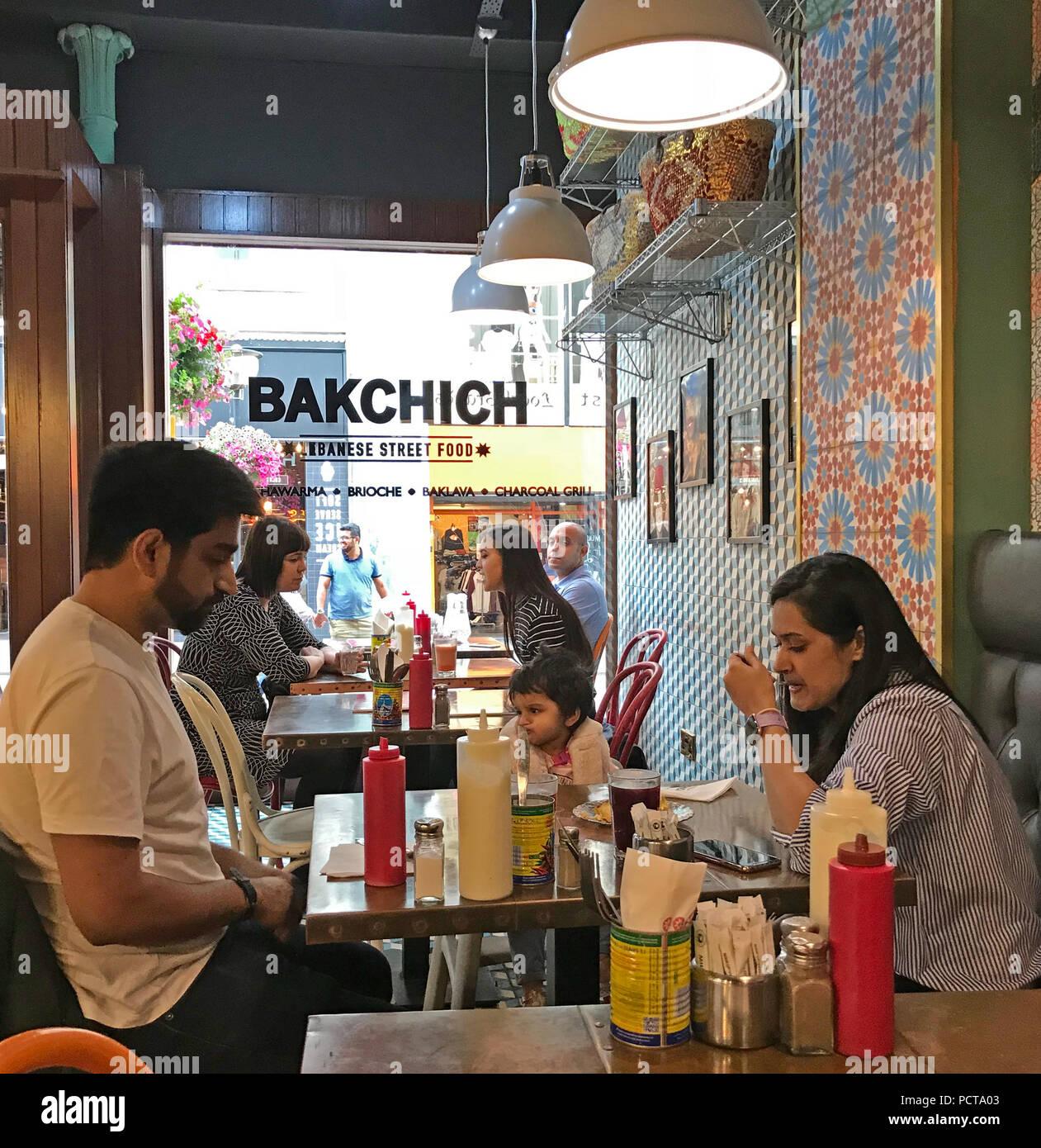 Laden Sie dieses Alamy Stockfoto Bakchich libanesisches Restaurant, 54 Bold St, Liverpool, UK, L1 4ER - PCTA03