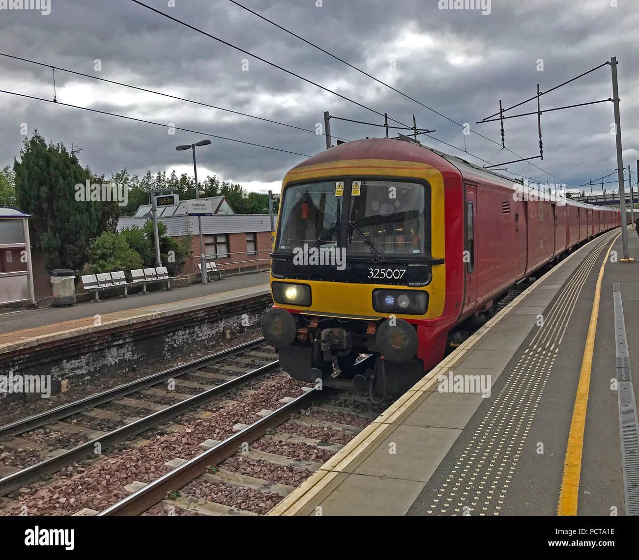 Laden Sie dieses Alamy Stockfoto Red Royal Mail Zug, 325007, an Plattform, Motherwell, North Lanarkshire, Schottland, Großbritannien - PCTA1E