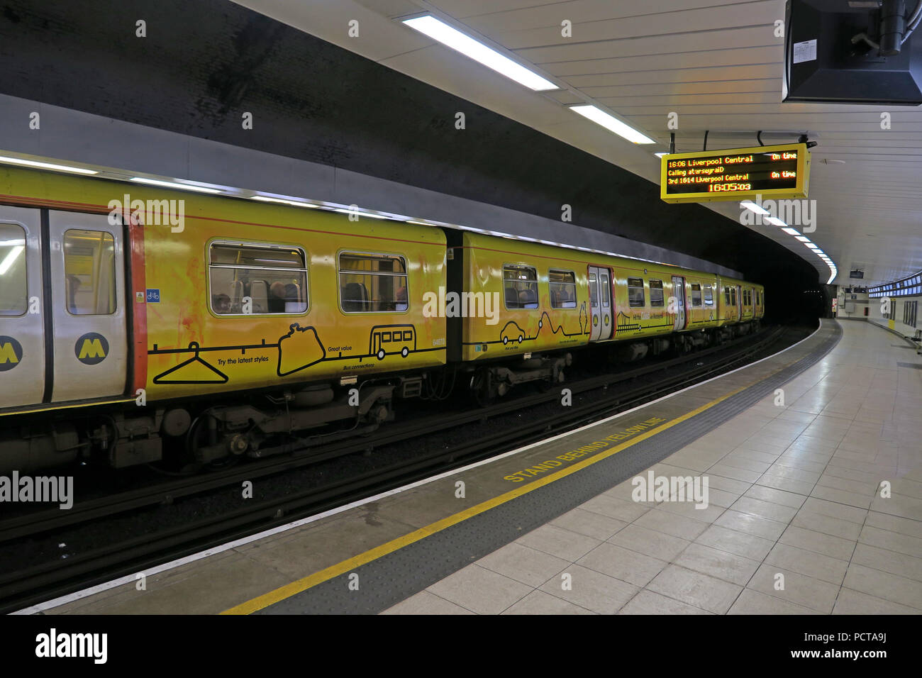 Laden Sie dieses Alamy Stockfoto Gelbe Merseyrail, Liverpool EWU-U-Bahn, in Birkenhead Hamilton Square Bahnhof, Merseyside, North West England, Großbritannien - PCTA9J