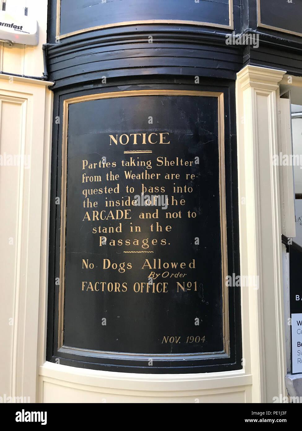 Laden Sie dieses Alamy Stockfoto Zeichen in der Argyll Arcade, Argyll Street, Glasgow, Strathcylde, Schottland, Großbritannien - PE1J3F