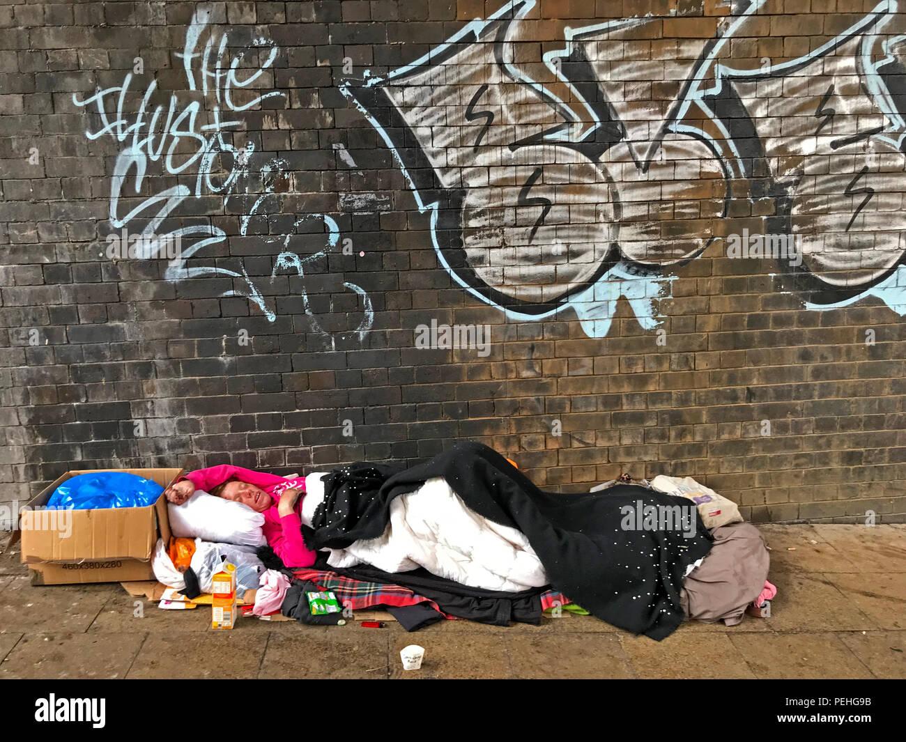 Laden Sie dieses Alamy Stockfoto Obdachlosigkeit Obdachlosen, unter einem Bahnhof Arch, Manchester, North West England, Großbritannien - PEHG9B