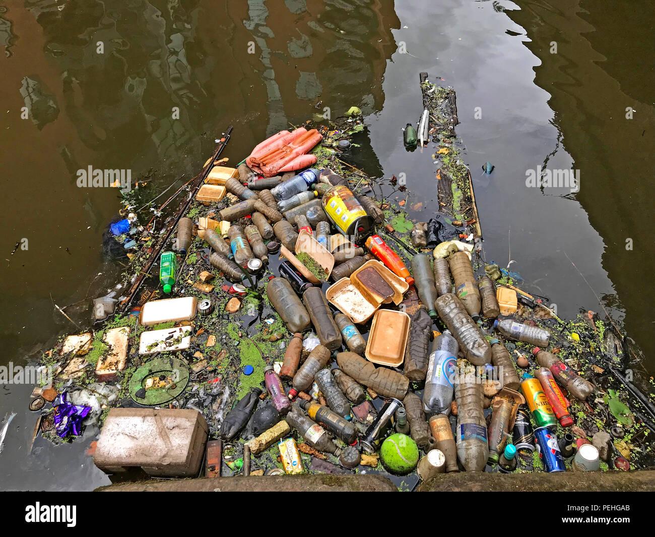 Laden Sie dieses Alamy Stockfoto Kunststoff Abfall, in einem Kanal, Castlefields, City Centre, Manchester, North West England, Großbritannien - PEHGAB