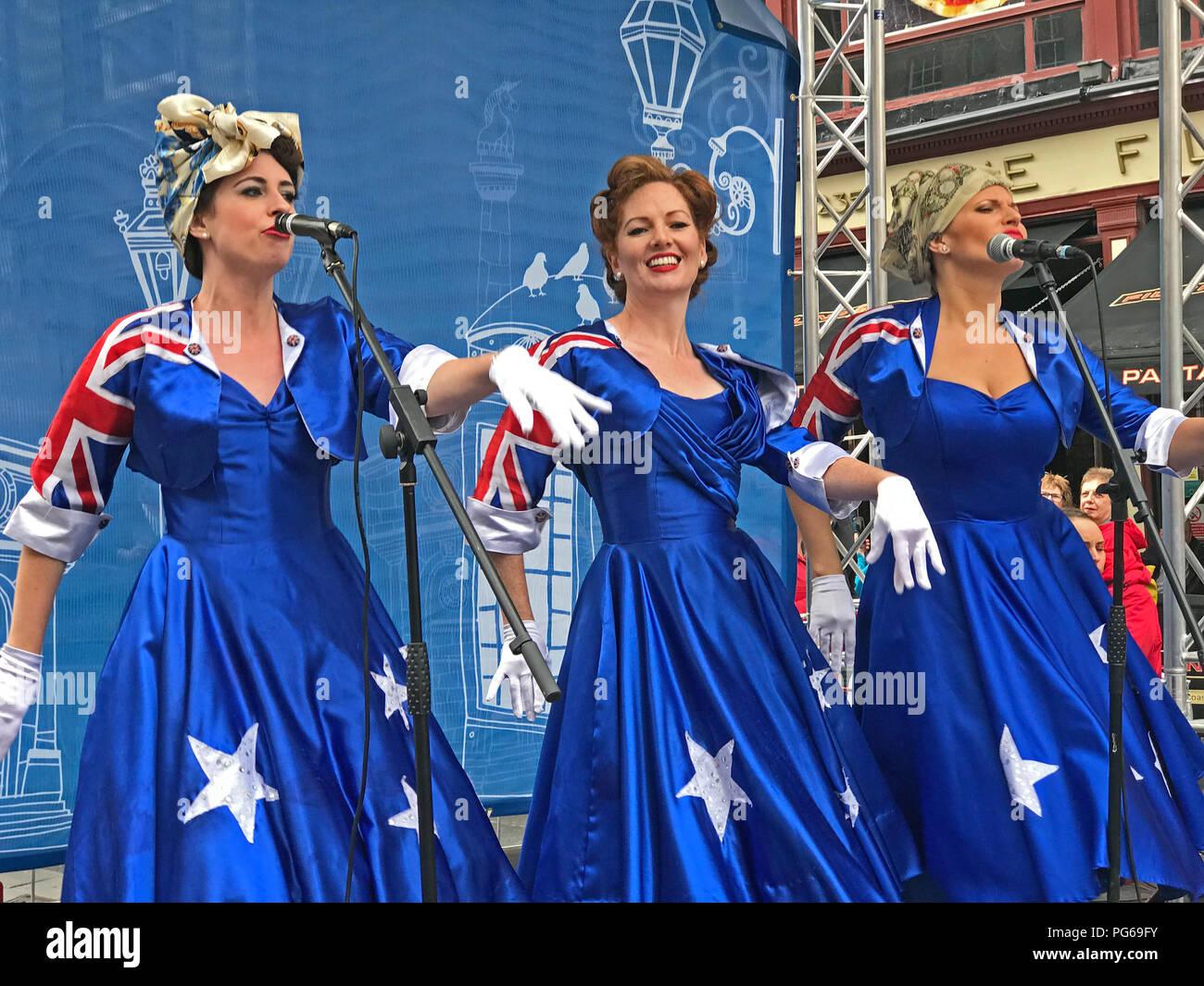 Laden Sie dieses Alamy Stockfoto Mädchen aus Oz - Franse auf der Royal Mile, High St, Edinburgh, Schottland, Großbritannien - PG69FY