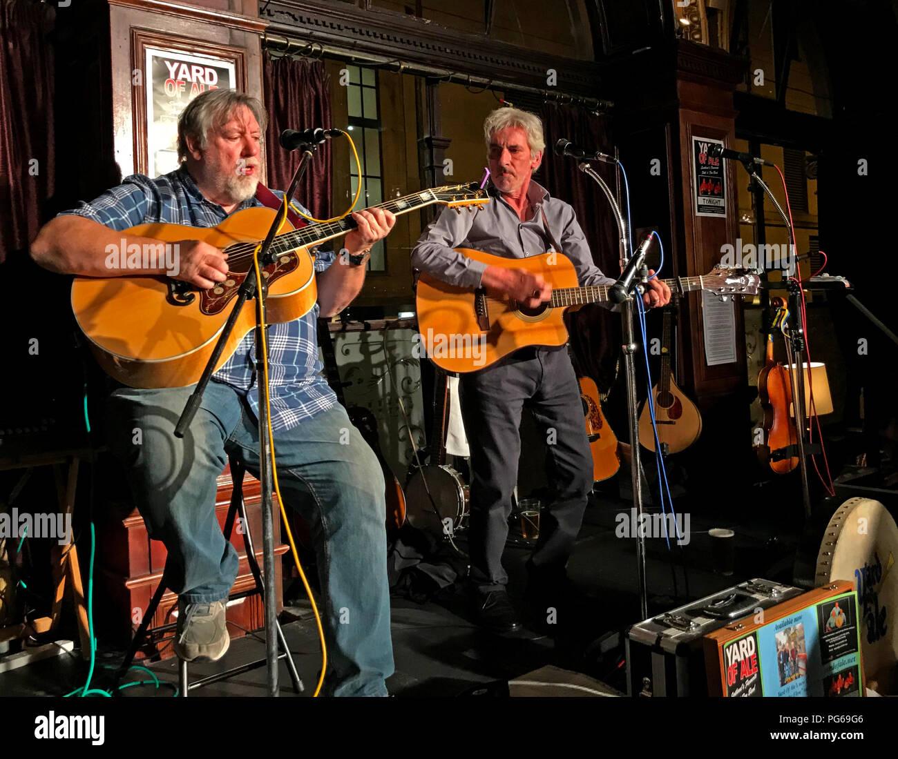 Laden Sie dieses Alamy Stockfoto Yard von Ale, Folk & Blues Band und spielen live auf der Guildford Arms, West registrieren, das Stadtzentrum von Edinburgh, Schottland, Großbritannien - PG69G6