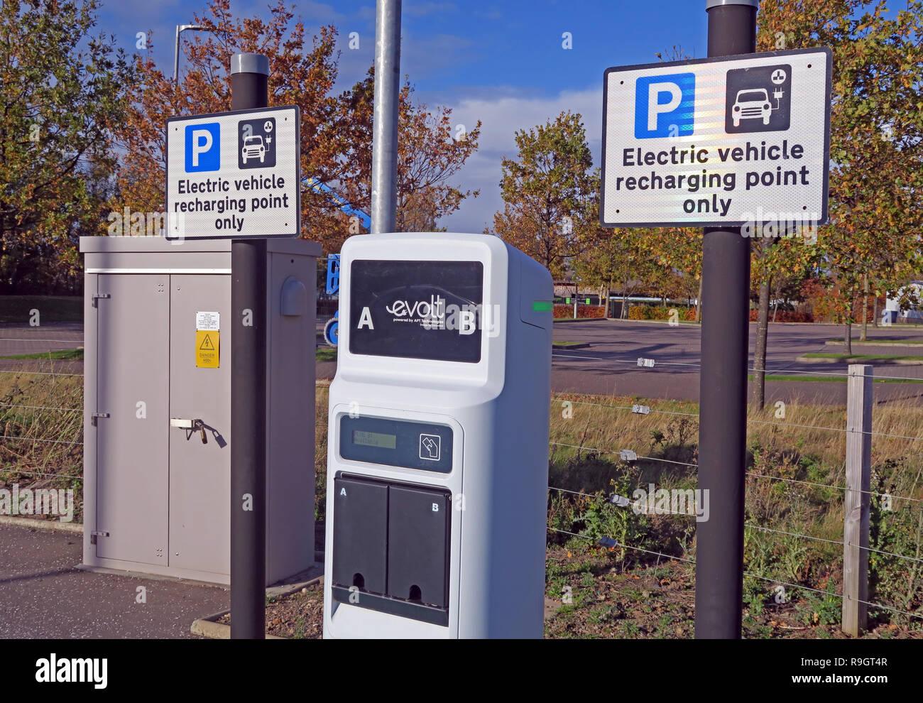 Dieses Stockfoto: Elektrofahrzeug aufladen, Ladestation, Eskbank College, Dalkeith, Midlothian, Schottland, Großbritannien - R9GT4R