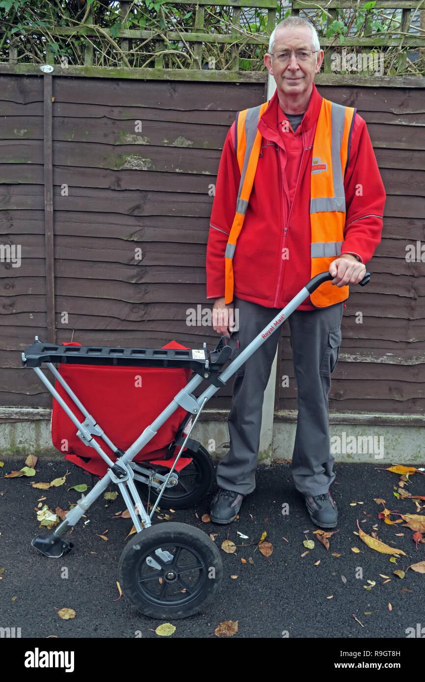 Dieses Stockfoto: Royal Mail Postman, mit e-mail Trolley tragen orange Jacke, liefern im Grappenhall, Warrington, Cheshire, England, Großbritannien - R9GT8H