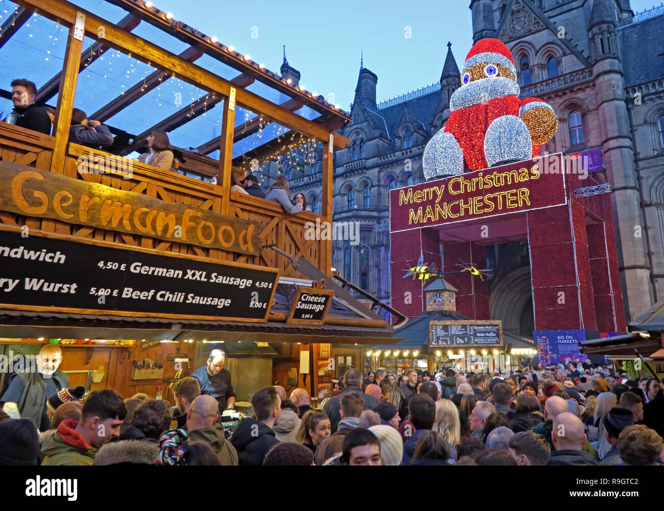 Dieses Stockfoto: Deutsches Essen, Weihnachtsmärkte, Albert Square, Manchester, Lancashire, North West England, Großbritannien, in der Dämmerung - R9GTC2