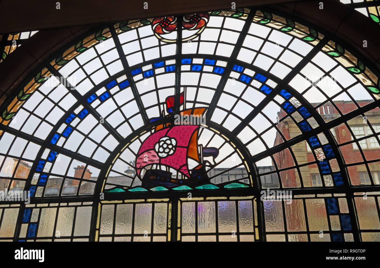 Dieses Stockfoto: Rose Villa Taverne Schiff Glasfenster, Jewellery Quarter, Birmingham, West Midlands, England, Großbritannien, - R9GTDP