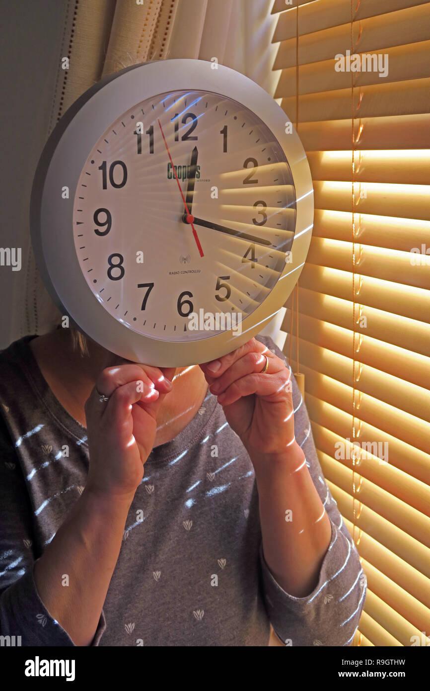 Laden Sie dieses Alamy Stockfoto Frau mit einem Zifferblatt, Sommerzeit/Britische Sommerzeit, die Uhren werden eine Stunde vor oder zurück. - R9GTHW