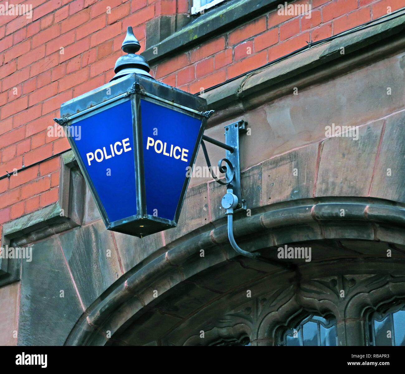 Laden Sie dieses Alamy Stockfoto Blau Polizeistation Lampe, Stockton Heide Polizeistation, Warrington, Cheshire, North West England, Großbritannien - RBAPR3
