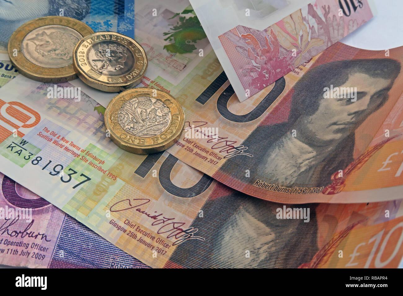 Laden Sie dieses Alamy Stockfoto Bank von Schottland, Clydesdale & RBS Kunststoff 5 £ £ 10 fünf Pfund und zehn Pfund Banknoten, Münzen - RBAPR4
