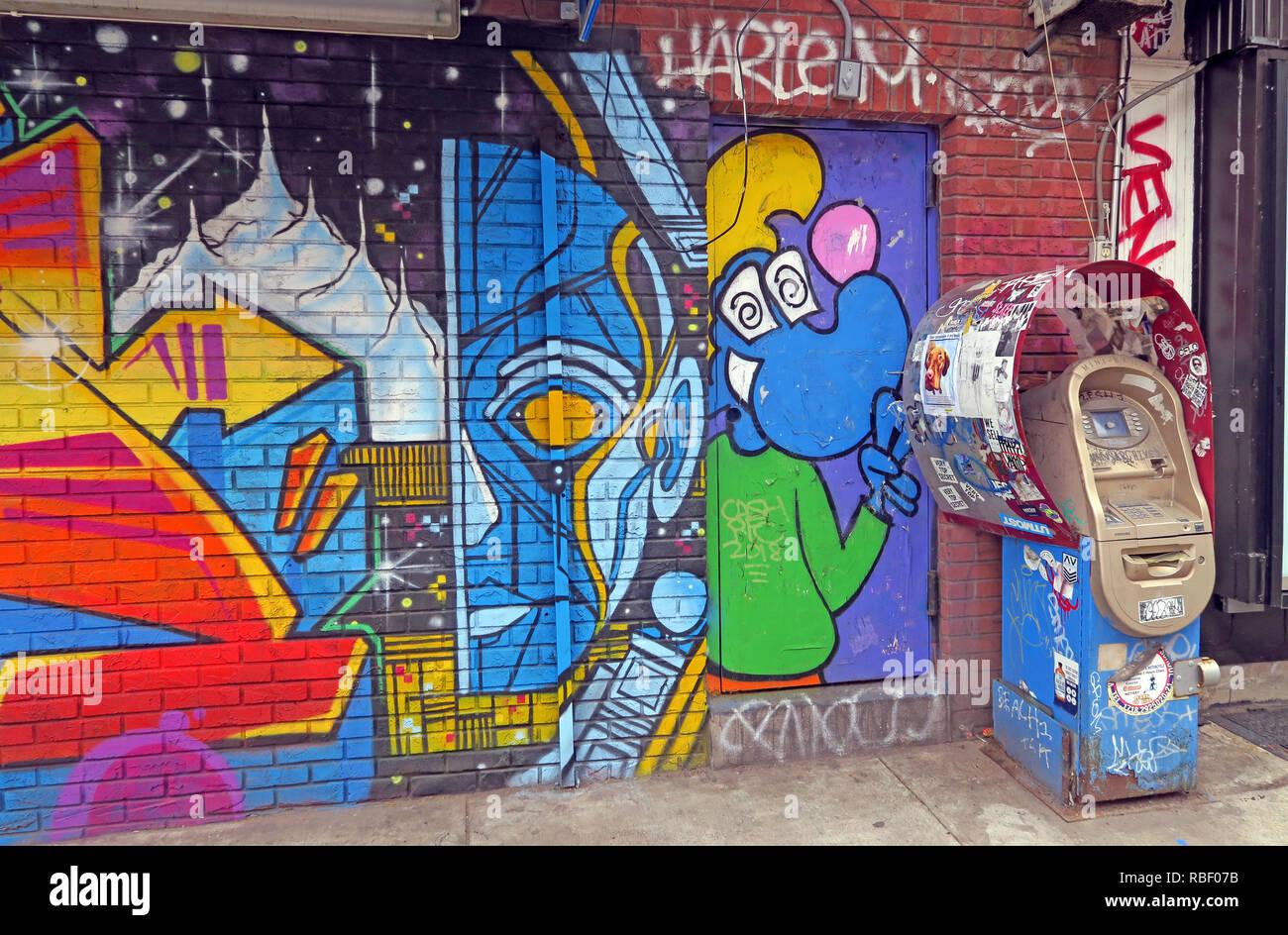 Laden Sie dieses Alamy Stockfoto Geld und Kunst, ATM bei East 7th Street, East Village, Manhattan, New York, NY, USA - RBF07B