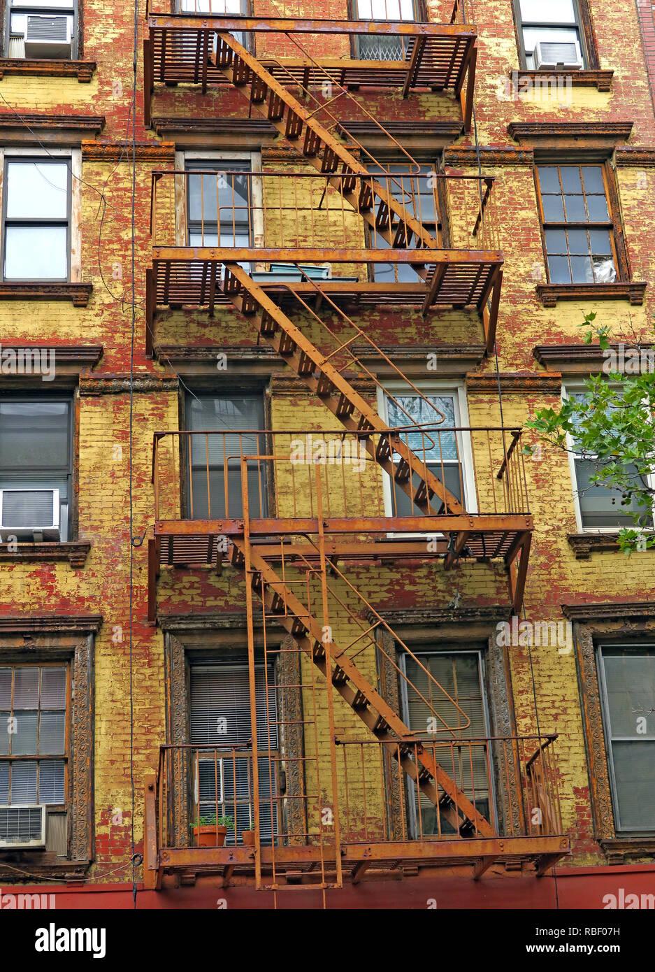Laden Sie dieses Alamy Stockfoto St. Marks Platz, der 2nd Avenue, Mietskasernen, East Village, Manhattan, New York City, New York City, NY, USA - RBF07H