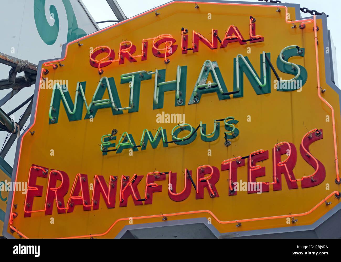 Laden Sie dieses Alamy Stockfoto Nathans Handwerker berühmten Würstchen Frankfurter Original Restaurant, Deli, Fast Food, Coney Island, im Stadtbezirk Brooklyn, New York, NY, USA - RBJ9RA