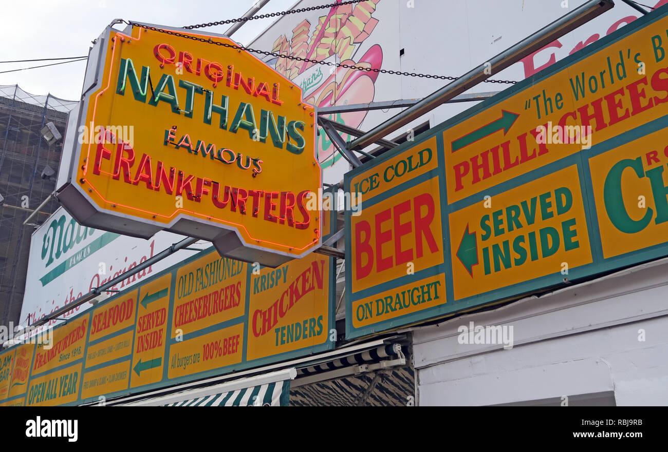 Laden Sie dieses Alamy Stockfoto Nathans Handwerker berühmten Würstchen Frankfurter Original Restaurant, Deli, Fast Food, Coney Island, im Stadtbezirk Brooklyn, New York, NY, USA - RBJ9RB