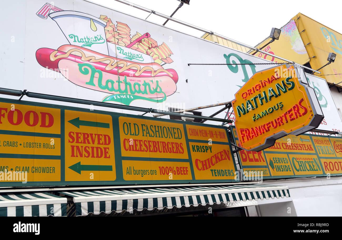 Laden Sie dieses Alamy Stockfoto Nathans Handwerker berühmten Würstchen Frankfurter Original Restaurant, Deli, Fast Food, Coney Island, im Stadtbezirk Brooklyn, New York, NY, USA - RBJ9RD