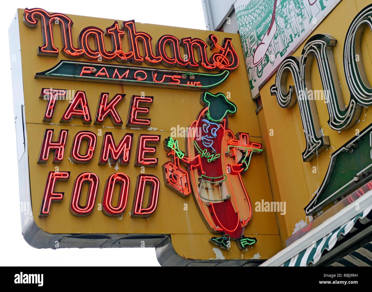 Laden Sie dieses Alamy Stockfoto Nathans Handwerker berühmten Würstchen Frankfurter Original Restaurant, Deli, Fast Food, Coney Island, im Stadtbezirk Brooklyn, New York, NY, USA - RBJ9RH