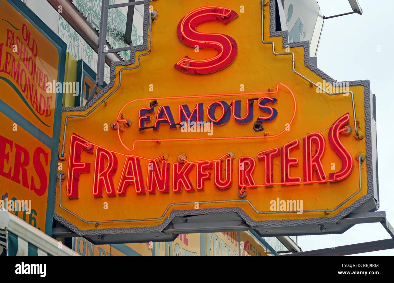 Laden Sie dieses Alamy Stockfoto Nathans Handwerker berühmten Würstchen Frankfurter Original Restaurant, Deli, Fast Food, Coney Island, im Stadtbezirk Brooklyn, New York, NY, USA - RBJ9RM