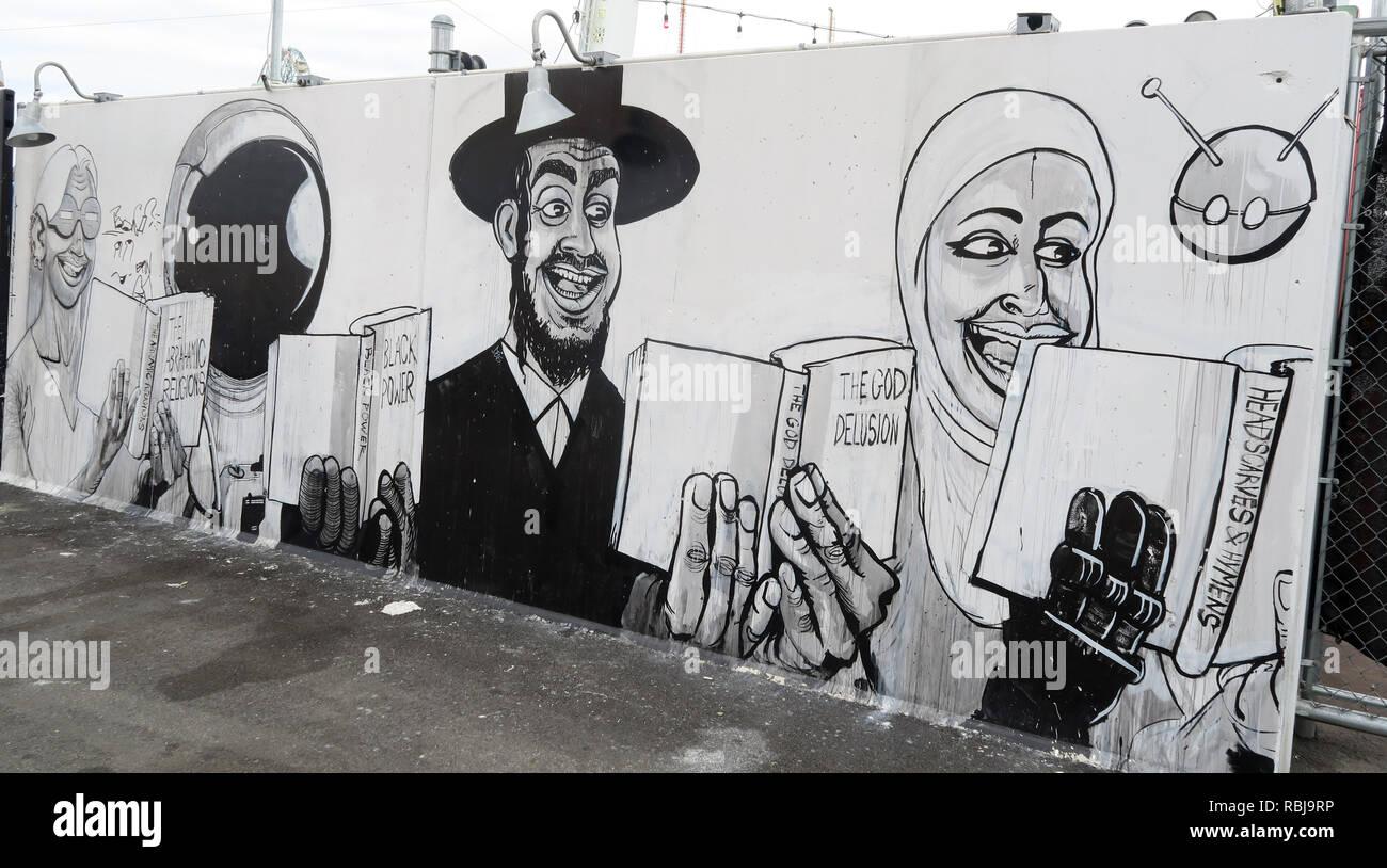 Laden Sie dieses Alamy Stockfoto Coney Wände Kunst - Religion, muslimische, islamischen, jüdischen, Gott Cartoon - Coney Island Seaside - Brooklyn, New York, NY, USA - RBJ9RP