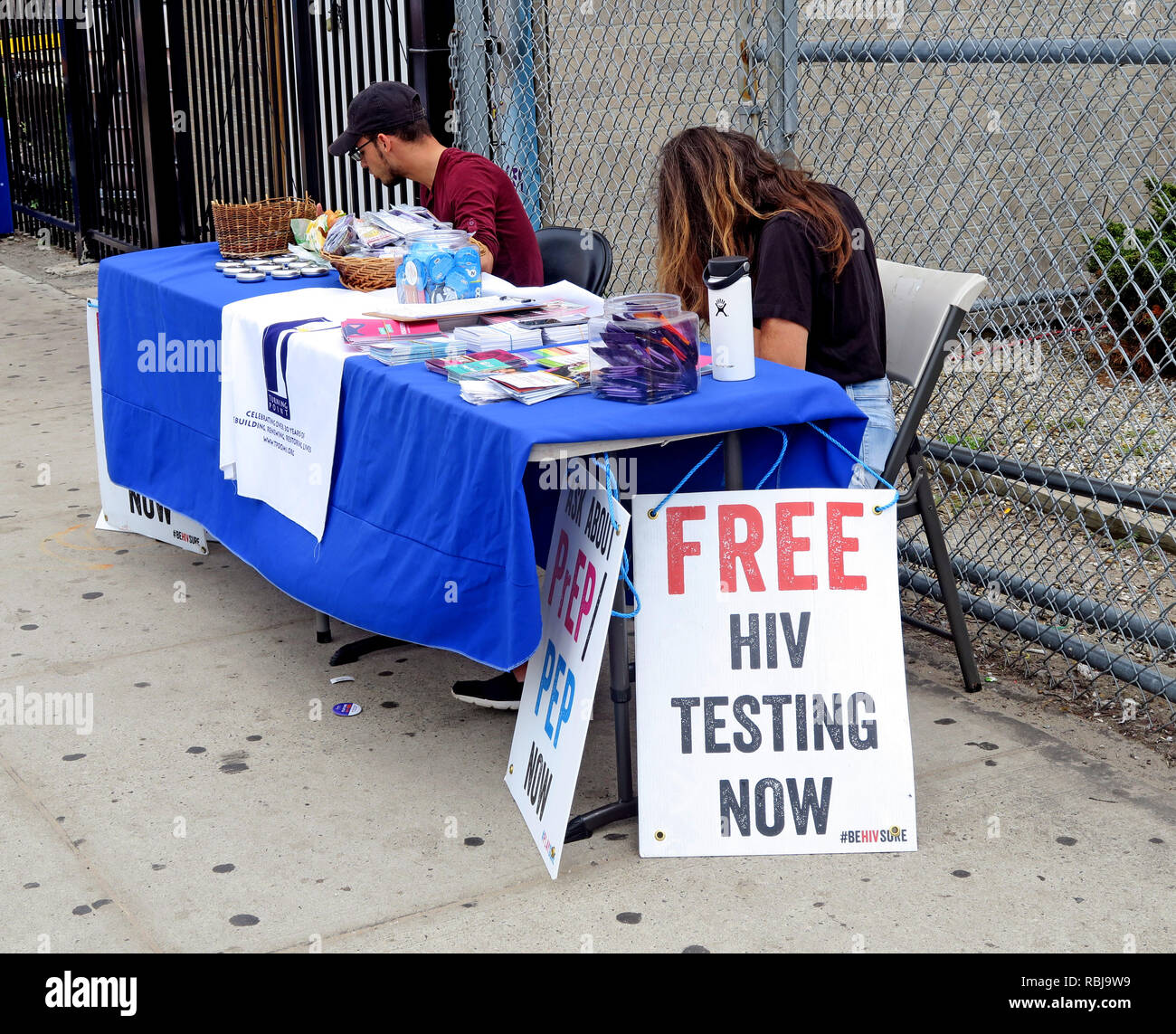 Laden Sie dieses Alamy Stockfoto Kostenlose HIV-Tests, Stall, Wendepunkt, Nächstenliebe, Coney Island, Brooklyn, New York, NYC, USA - RBJ9W9