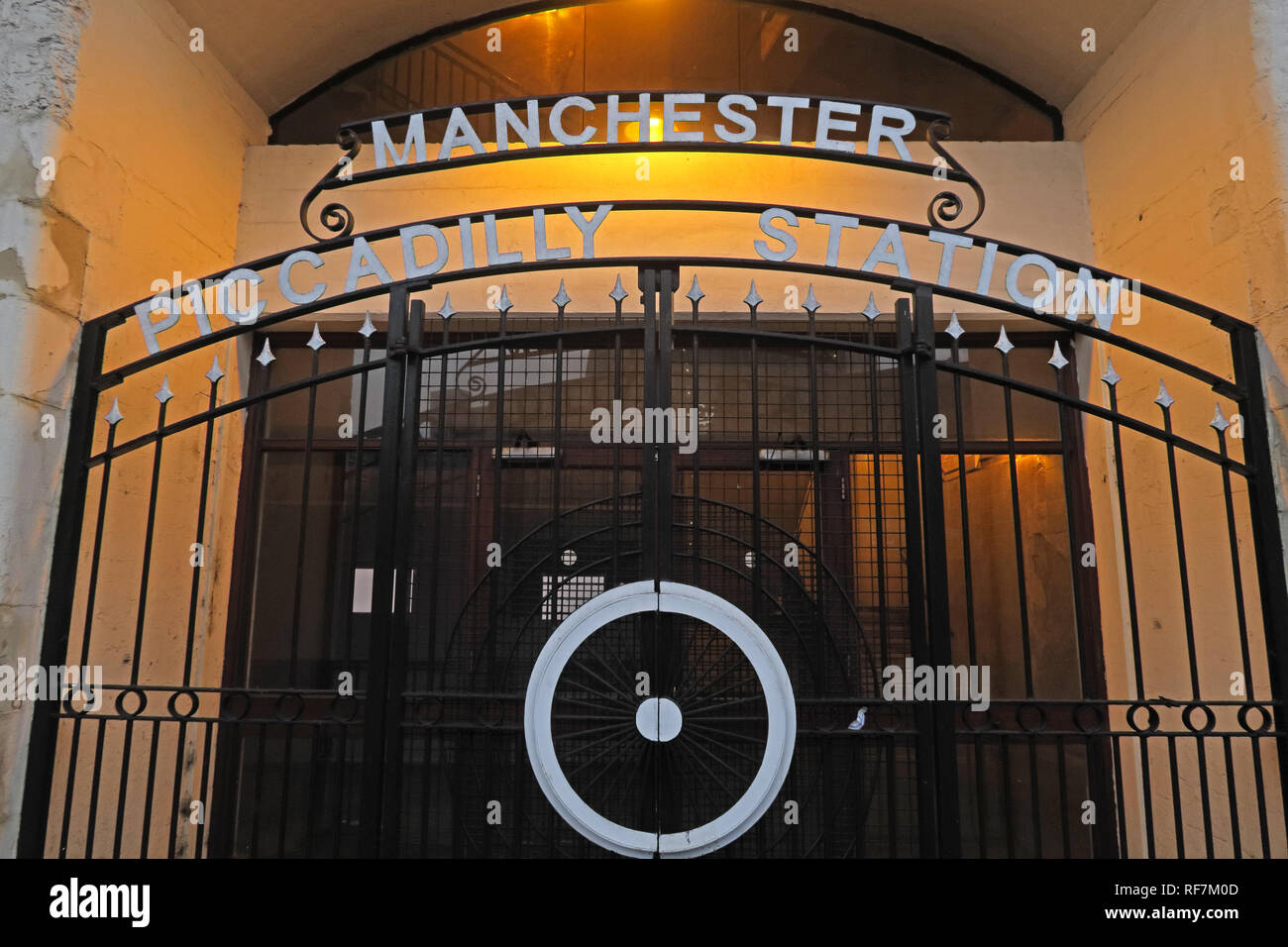 Laden Sie dieses Alamy Stockfoto Manchester Piccadilly Station Eingang, Fairfield, Street, North West England, Großbritannien, M1 2QF - RF7M0D