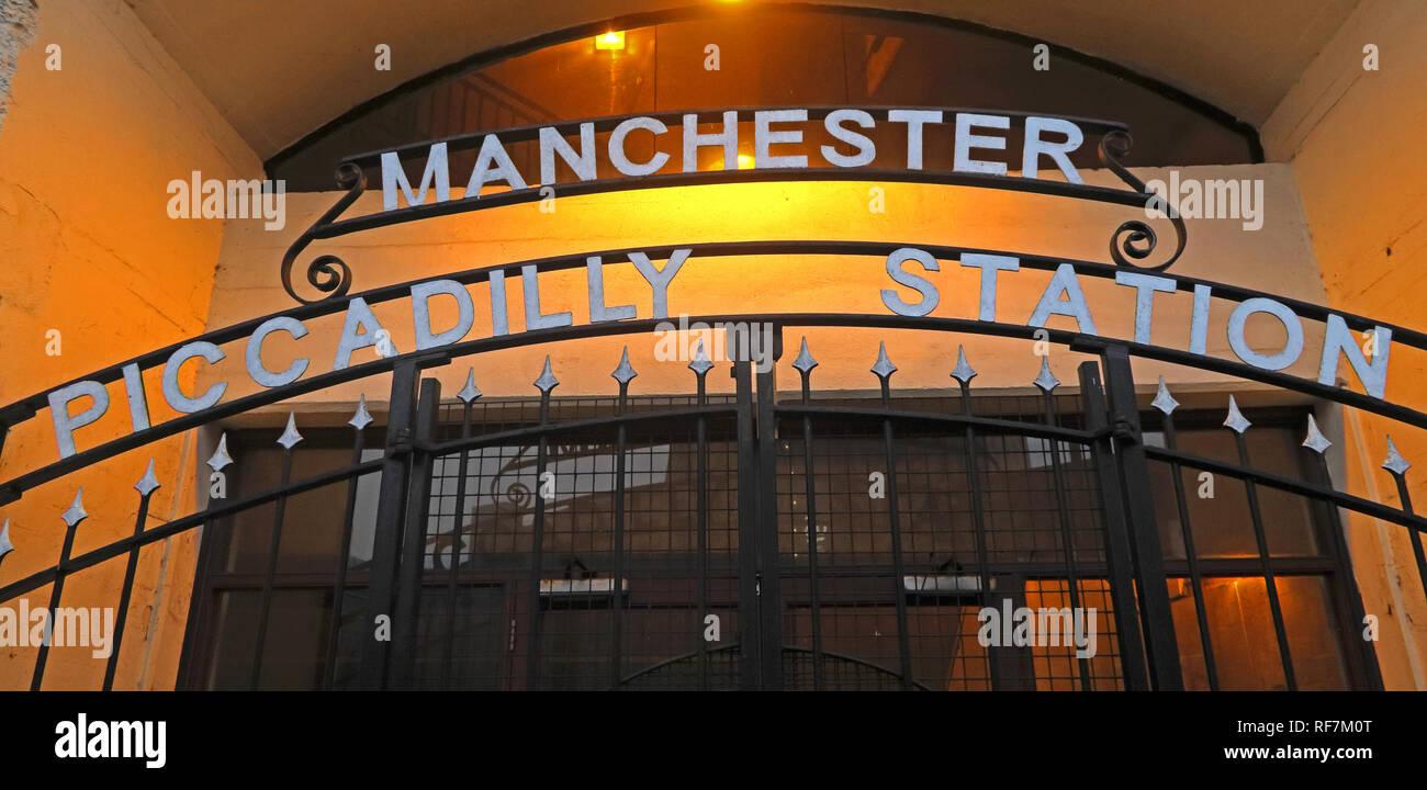 Laden Sie dieses Alamy Stockfoto Manchester Piccadilly Station Eingang, Fairfield, Street, North West England, Großbritannien, M1 2QF - RF7M0T