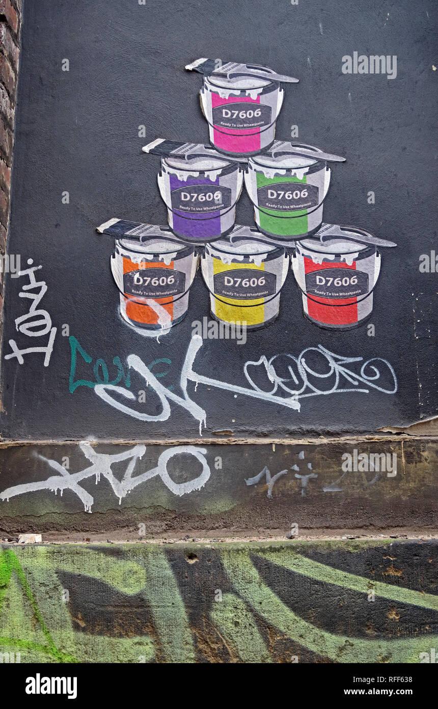 Laden Sie dieses Alamy Stockfoto Farbdose von Künstler D 7606 in verschiedenen Farben, Gebrauchsfertig Wheatpaste, Pop Art, Northern Quarter, Manchester, England, Großbritannien - RFF638