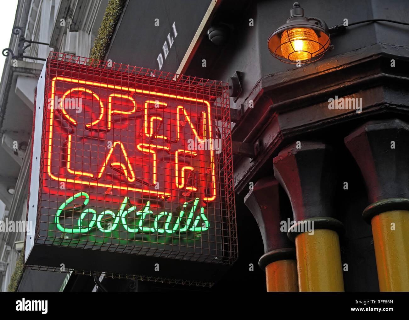 Laden Sie dieses Alamy Stockfoto Bis spät in die Nacht geöffnet. Angeboten werden Cocktails, Cocktail Bar Leuchtreklame, Stevenson Square, NorthernQuarter, Manchester, England, UK, M 1 1 DN - RFF66N