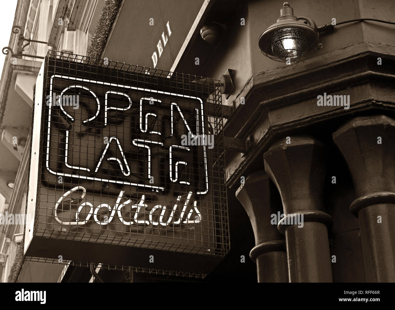 Laden Sie dieses Alamy Stockfoto Monochrom, die bis spät in die Nacht geöffnet. Angeboten werden Cocktails, Cocktail Bar Leuchtreklame, Stevenson Square, NorthernQuarter, Manchester, England, UK, M 1 1 DN - RFF66R