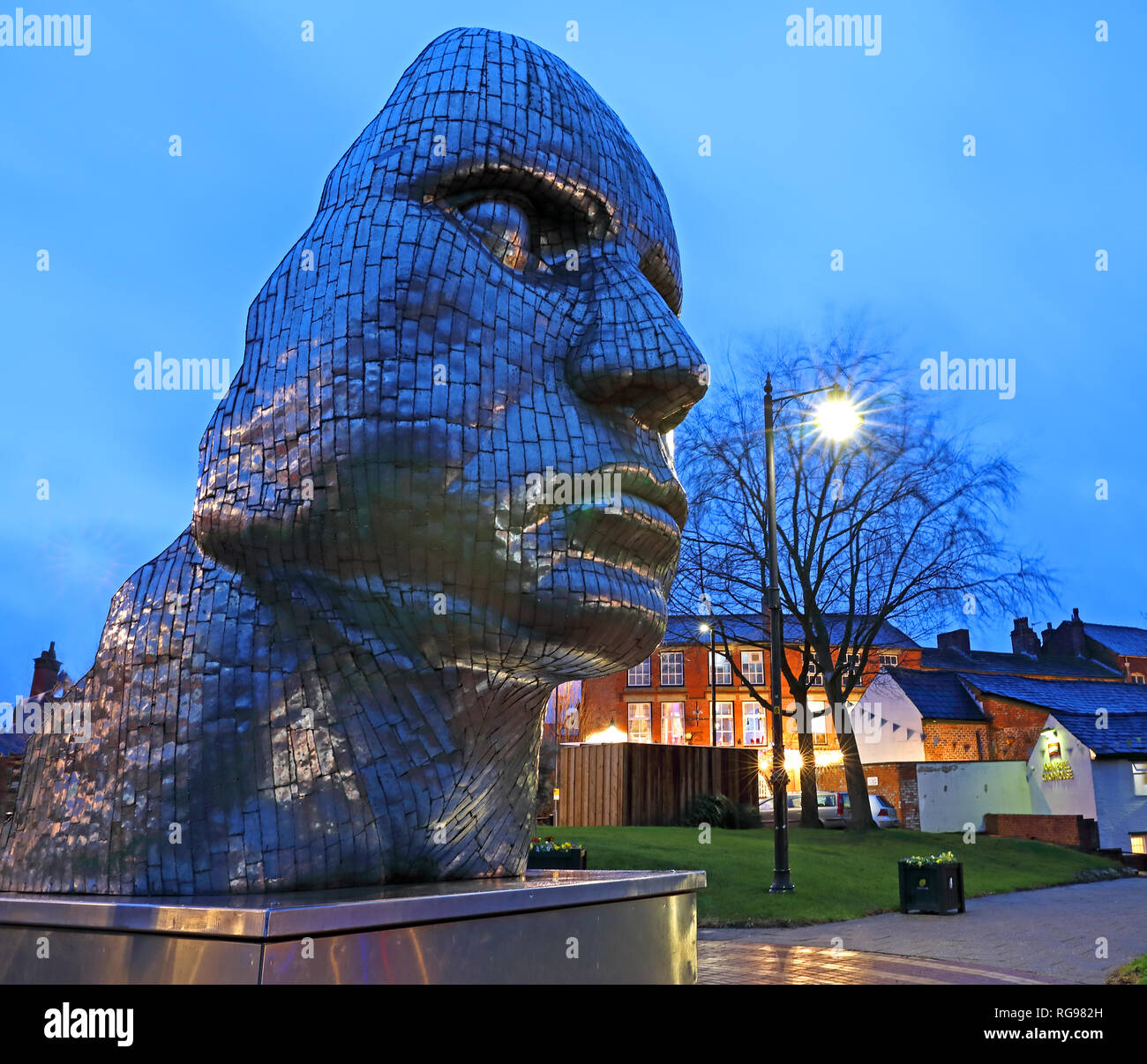 Laden Sie dieses Alamy Stockfoto Das Gesicht von Wigan in der Dämmerung, Nacht Image der Stahlkonstruktion im Stadtzentrum, - RG982H