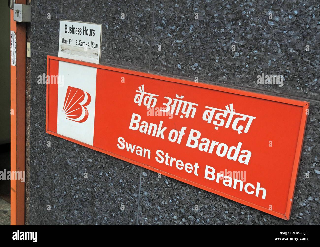 Laden Sie dieses Alamy Stockfoto Rote Zeichen, Bank von Baroda, Swan Street BoB in Manchester, England, Großbritannien - RG98JR