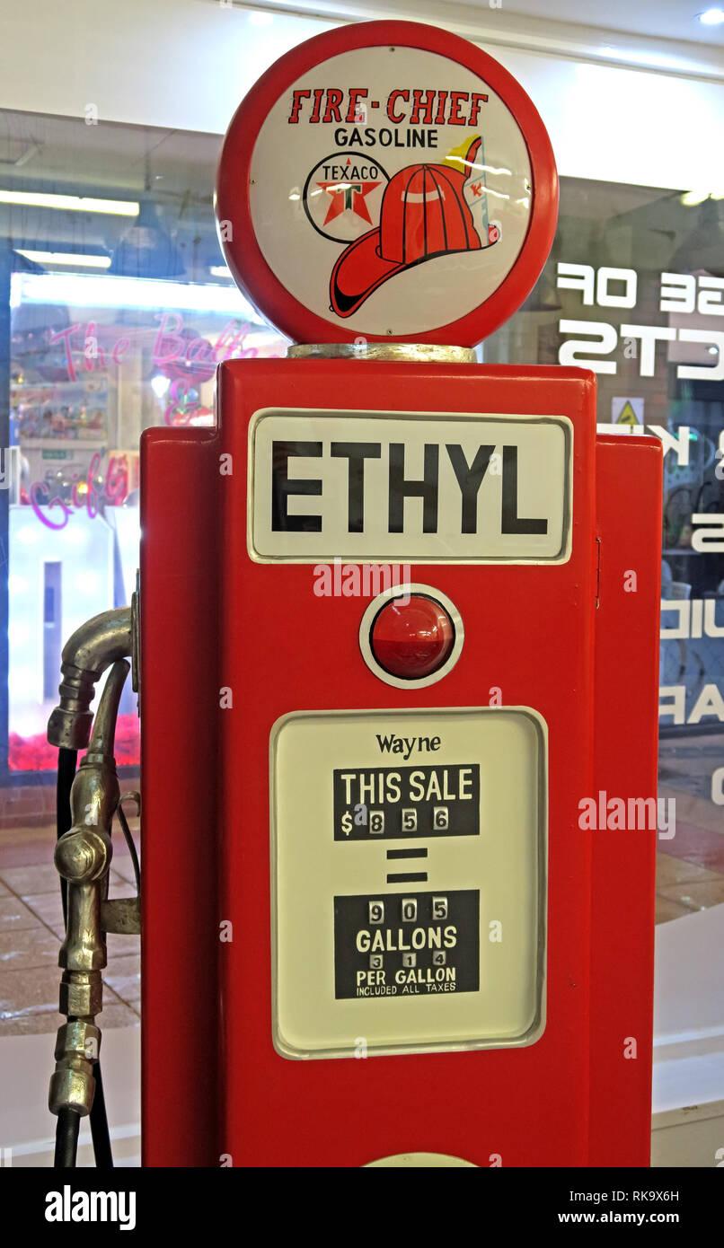 Laden Sie dieses Alamy Stockfoto Fire Chief Gasoline Texaco rot Wayne Benzin pumpe in Gallonen, in einem Cafe, Warrington, Cheshire, England, UK, WA 1. - RK9X6H