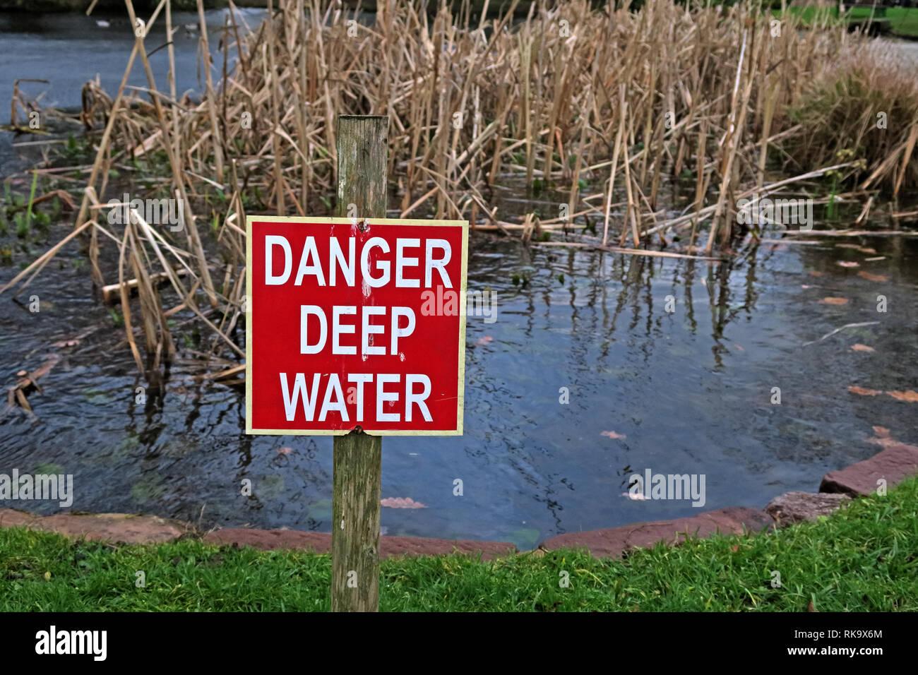 Laden Sie dieses Alamy Stockfoto Gefahr tiefe Wasser unterzeichnen, in einer gefährlichen Teich, grappenhall Hays - RK9X6M