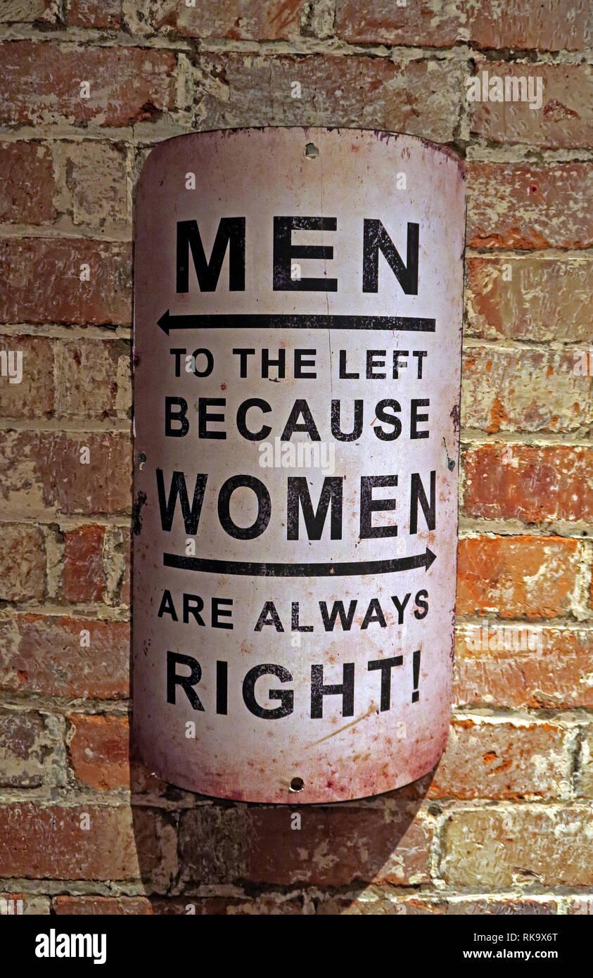Laden Sie dieses Alamy Stockfoto Männer nach links, denn Frauen haben immer Recht, auf einer alten Mauer anmelden - RK9X6T