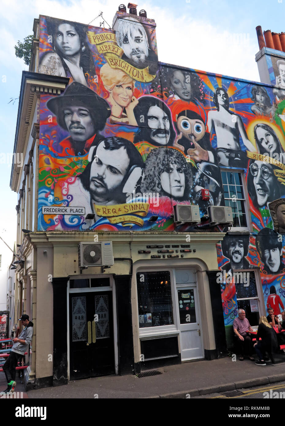 Laden Sie dieses Alamy Stockfoto Tot Pop, Musik Symbole, an der Wand des Prinzen Albert Pub, Frederick Place, Brighton, East Sussex, England, UK, BN1 4ED - RKMM8B