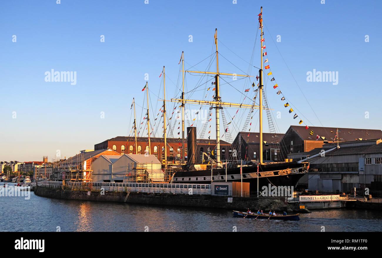 Laden Sie dieses Alamy Stockfoto Die ruderer die SS Great Britain, Bristol Docks, South West England bei Sonnenuntergang am Abend. - RM1TF0