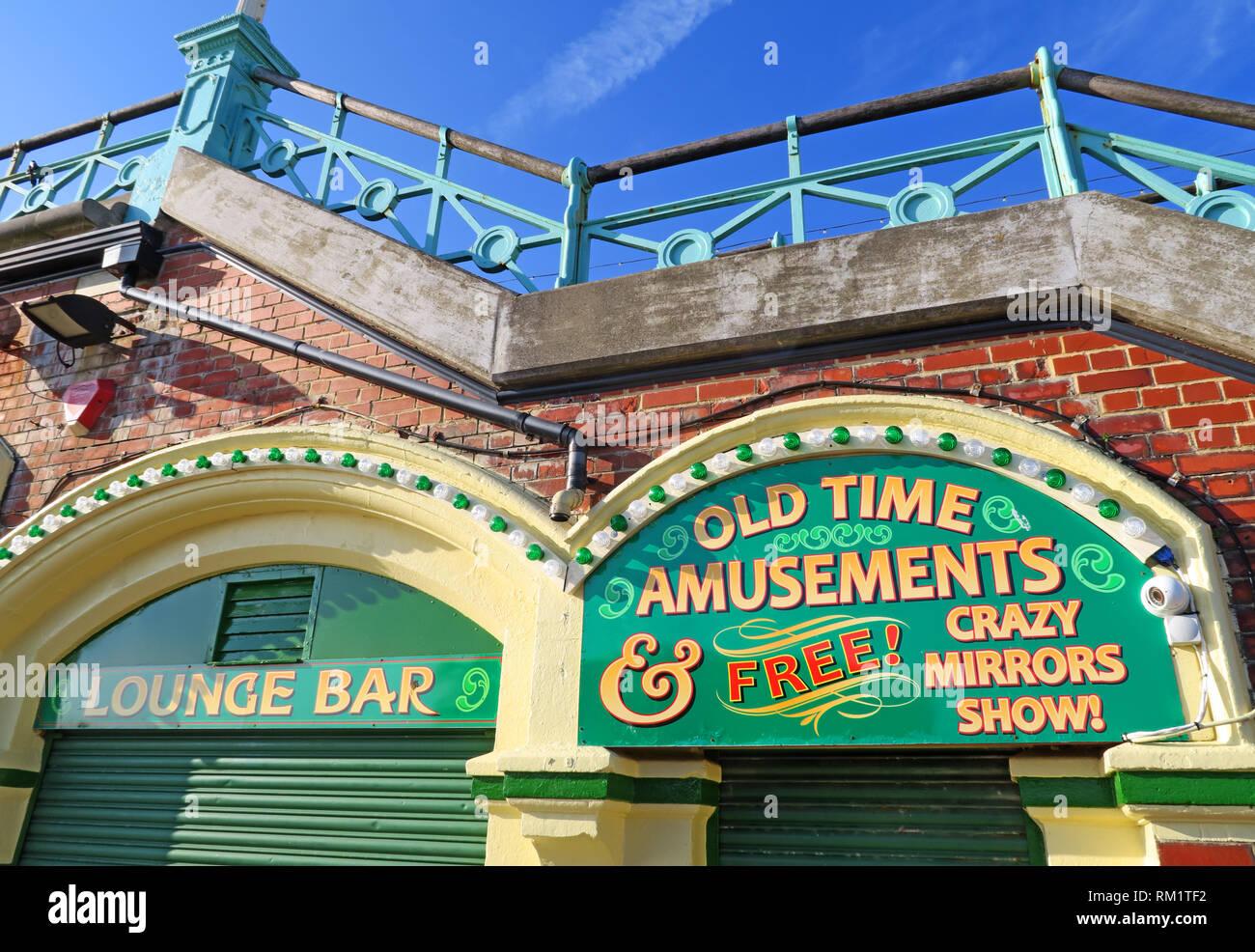 Laden Sie dieses Alamy Stockfoto Lounge Bar, alte Zeit für Vergnügungen, kostenloses Crazy Spiegel zeigen, Kings Road Arches, direkt am Strand, Brighton, East Sussex, England, Großbritannien - RM1TF2