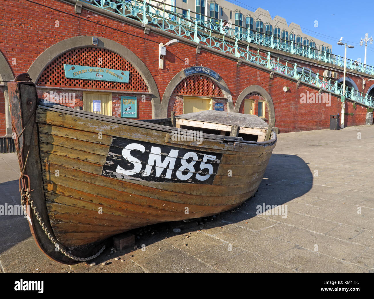 Laden Sie dieses Alamy Stockfoto SM 85 Fischerboot, Brighton Strand, Kings Road Arches - RM1TF5