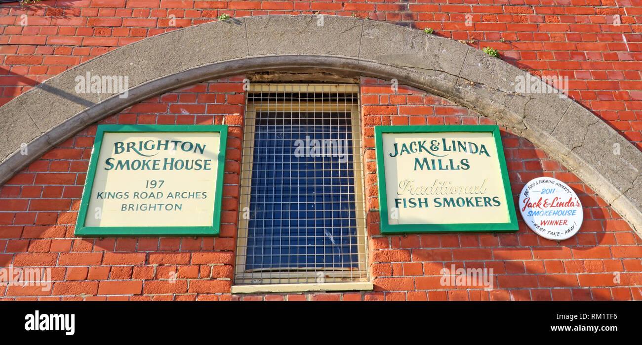 Laden Sie dieses Alamy Stockfoto Die Brighton Räucherei, 197 Kings Road Arches, Brighton Jack Linda Mühlen traditionellen Fisch Raucher, Brighton, Großbritannien - RM1TF6