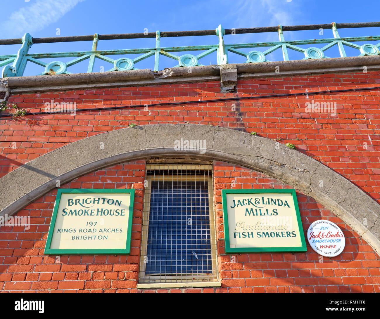 Laden Sie dieses Alamy Stockfoto Die Brighton Räucherei, 197 Kings Road Arches, Brighton Jack Linda Mühlen traditionellen Fisch Raucher, Brighton, Großbritannien - RM1TF8