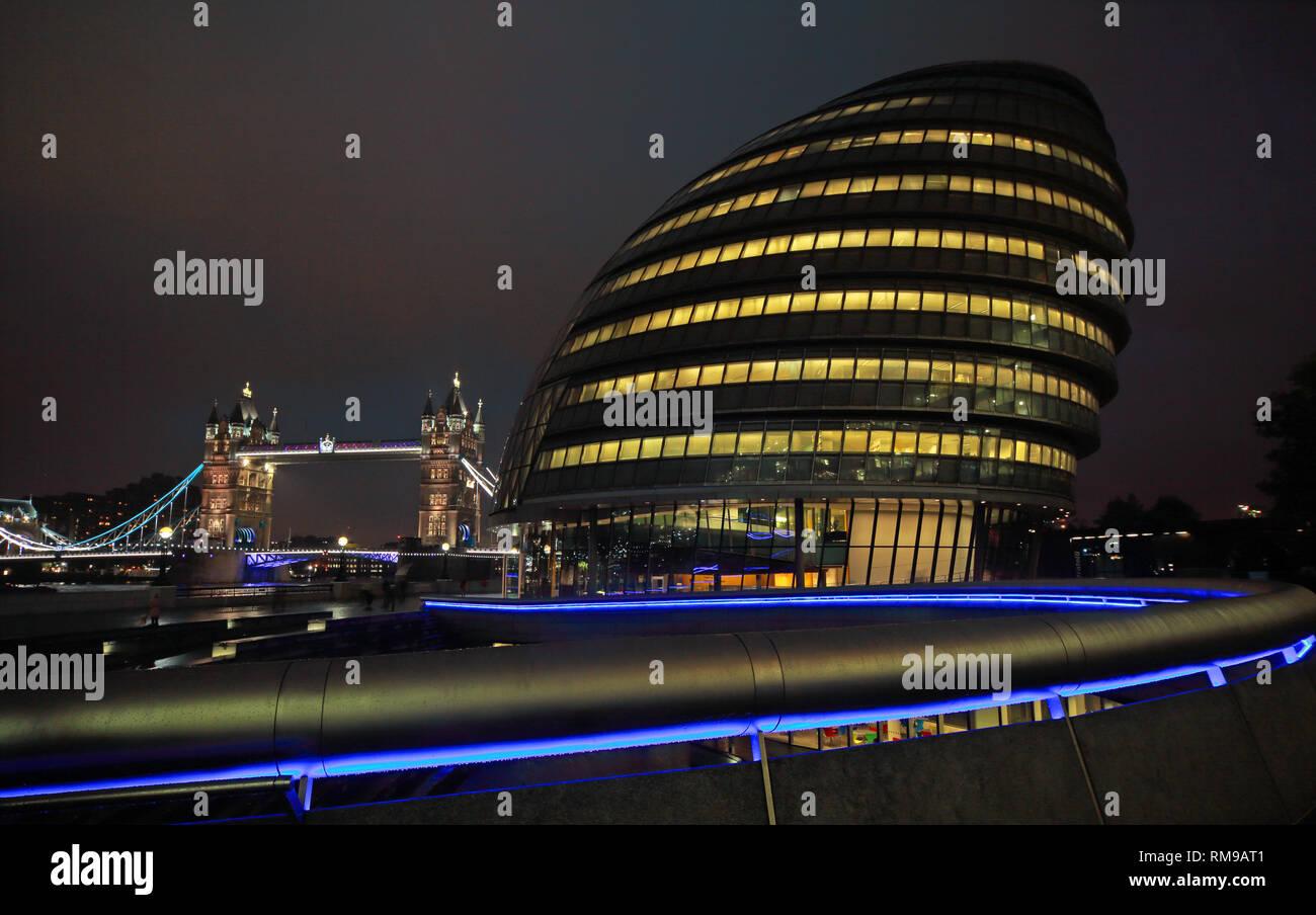 Laden Sie dieses Alamy Stockfoto London City Hall am Abend, der Queen's Walk, London, England, UK, SE1 2AA - RM9AT1