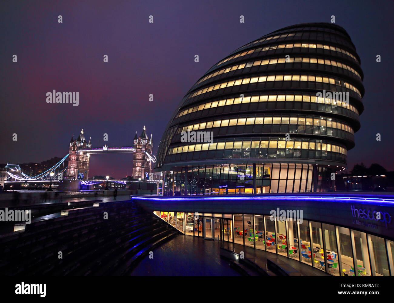 Laden Sie dieses Alamy Stockfoto London City Hall am Abend, der Queen's Walk, London, England, UK, SE1 2AA - RM9AT2