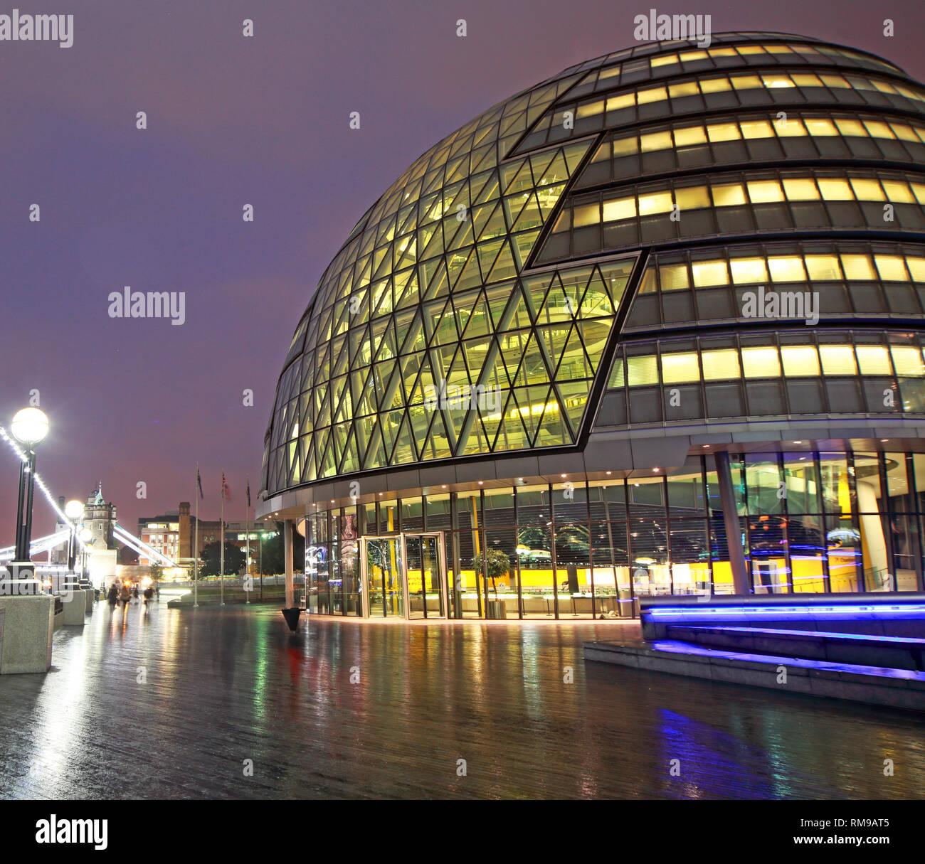 Laden Sie dieses Alamy Stockfoto London City Hall am Abend, der Queen's Walk, London, England, UK, SE1 2AA - RM9AT5